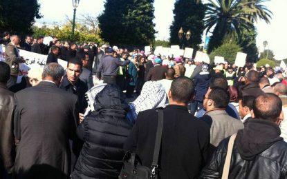النقابات التعليمية الأكثر تمثيلية تدعم مئات الأطر الإدارية في احتجاجها بالرباط للمطالبة بتسوية ملفها.